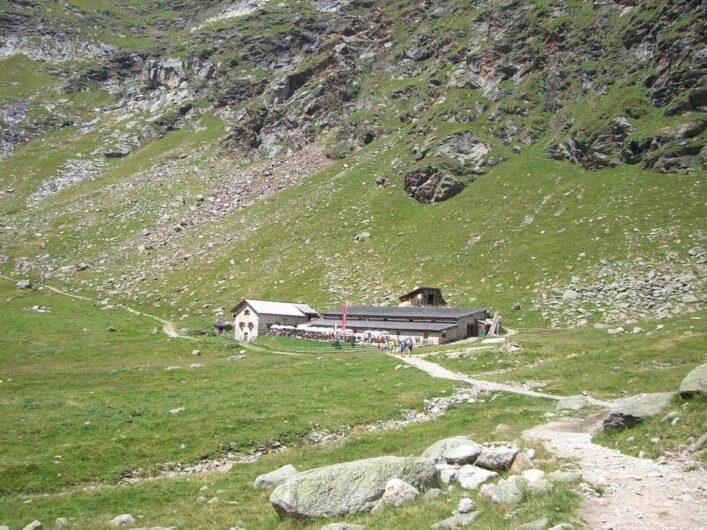 das Gebäude der Oberkaseralm liegt vor uns inmitten der Bergwelt