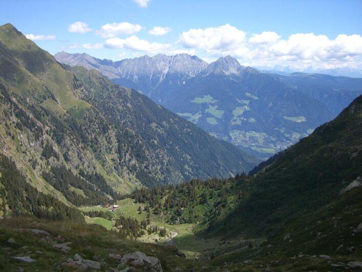 Blick auf die Bockerhütte unterhalb des Weges zur Oberkaseralm