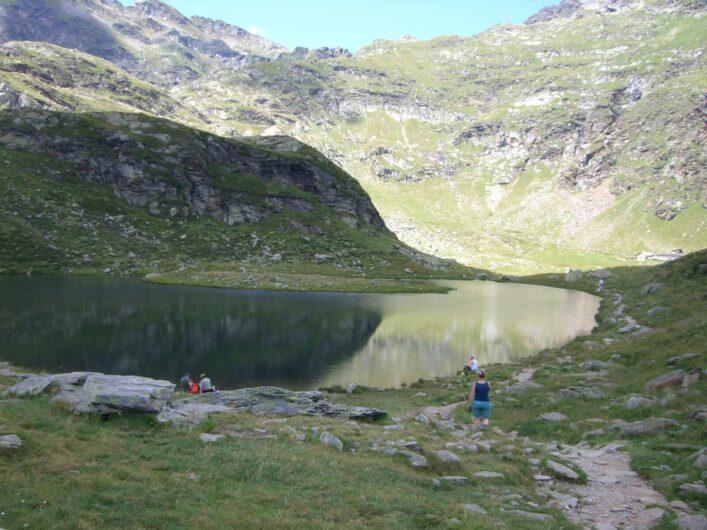 im Vordergrund einer der Spronser Seen im Hintergrund ist schon die Oberkaseralm zu sehen