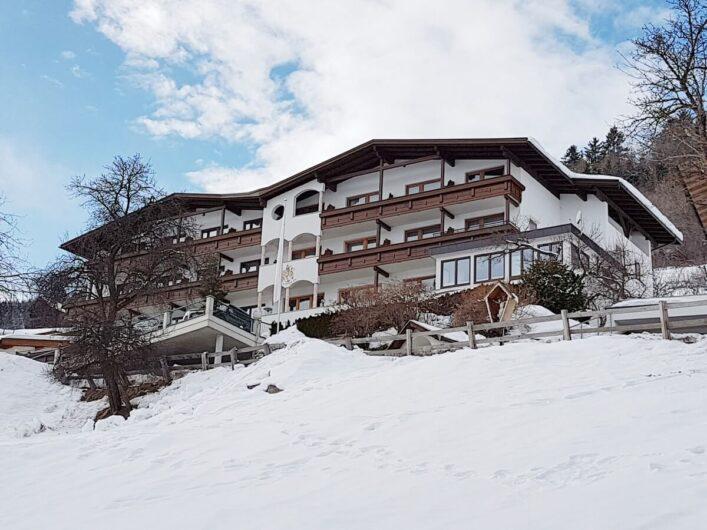 Blick hinauf zum Hotel Tirol in Ladis