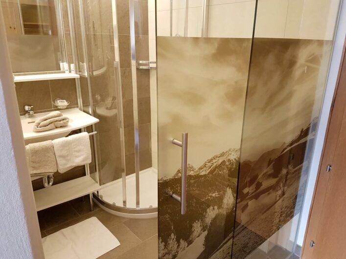 das Bad im Komfortdoppelzimmer im Hotel Tirol in Ladis