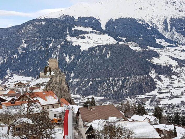 Blick vom Balkon des Hotel Tirol zur Burg Laudegg in Ladis