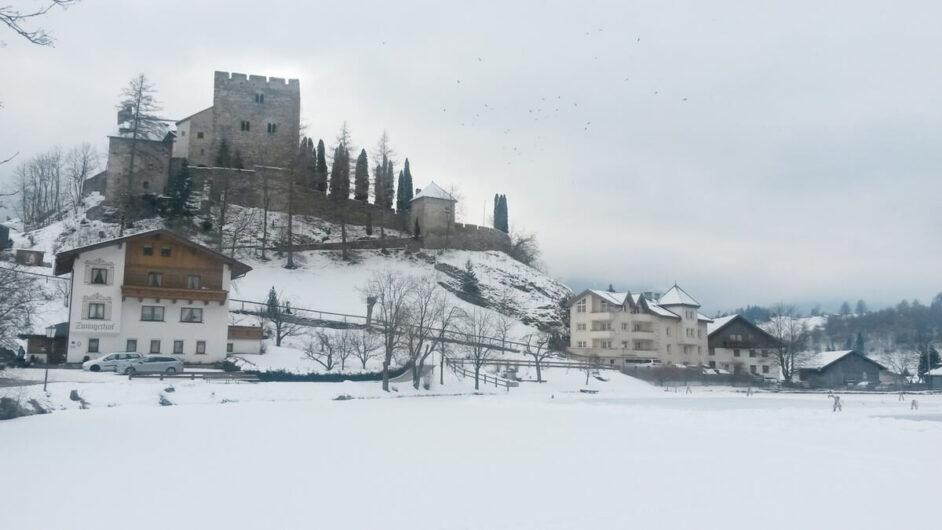 Burg Laudegg und der Dorfweiher von Ladis