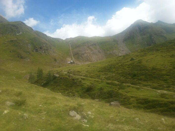 von weitem wird das Erlebnisbergwerk Schneeberg oben am Berg und Seemos unten sichtbar