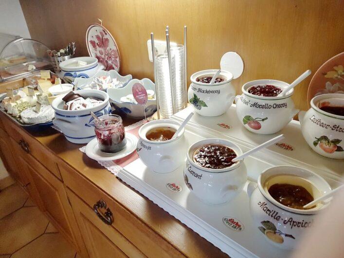 Marmeladen und Käse auf dem Frühstücksbuffet