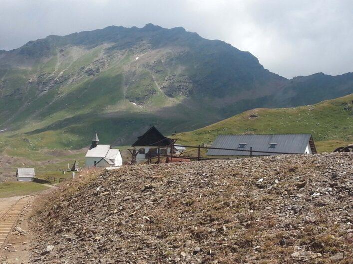 die Gebäude des Erlebnisbergwerks Schneeberg kommen in Sicht