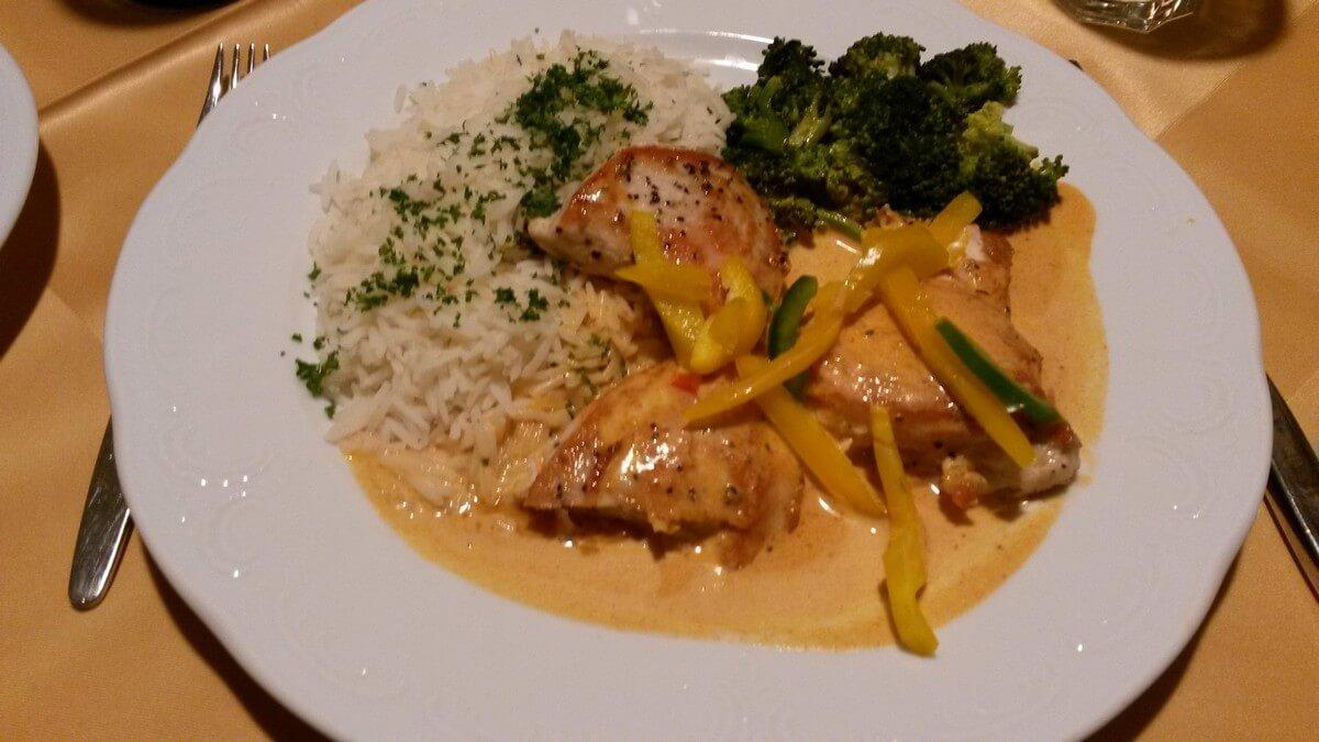 Hähnchenfilet mit Reis und Broccoli im Rauthof