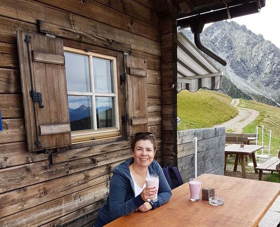 Martina mit einem Glas Buttermilch vor der Assenhütte