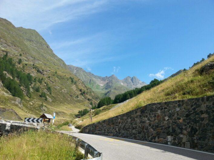 Beginn der Wanderung zum Erlebnisbergwerk Schneeberg an der Timmelsjochstraße mit Blick auf die Berge