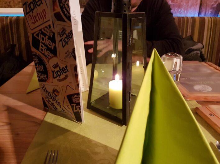 gedeckter Tisch mit Kerze in der Pizzeria Reblaus