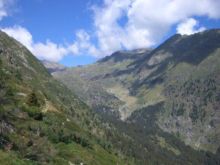 Blick über die Bergwelt vom Weg Richtung Oberkaseralm
