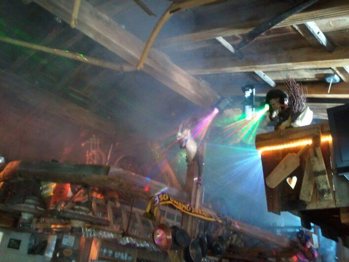 die Diskokugel wirft bunte Lichter in den Weiberkessl beim Après-Ski