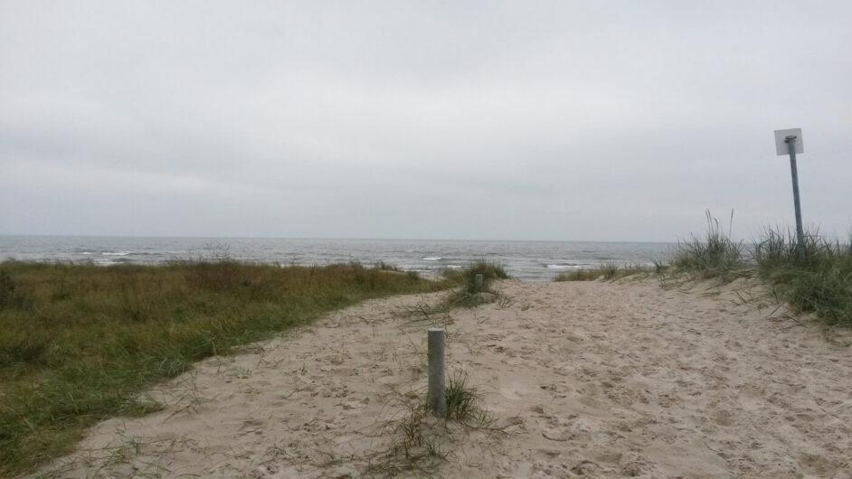 unterwegs in den Dünen vor Thiessow mit Blick auf das Meer