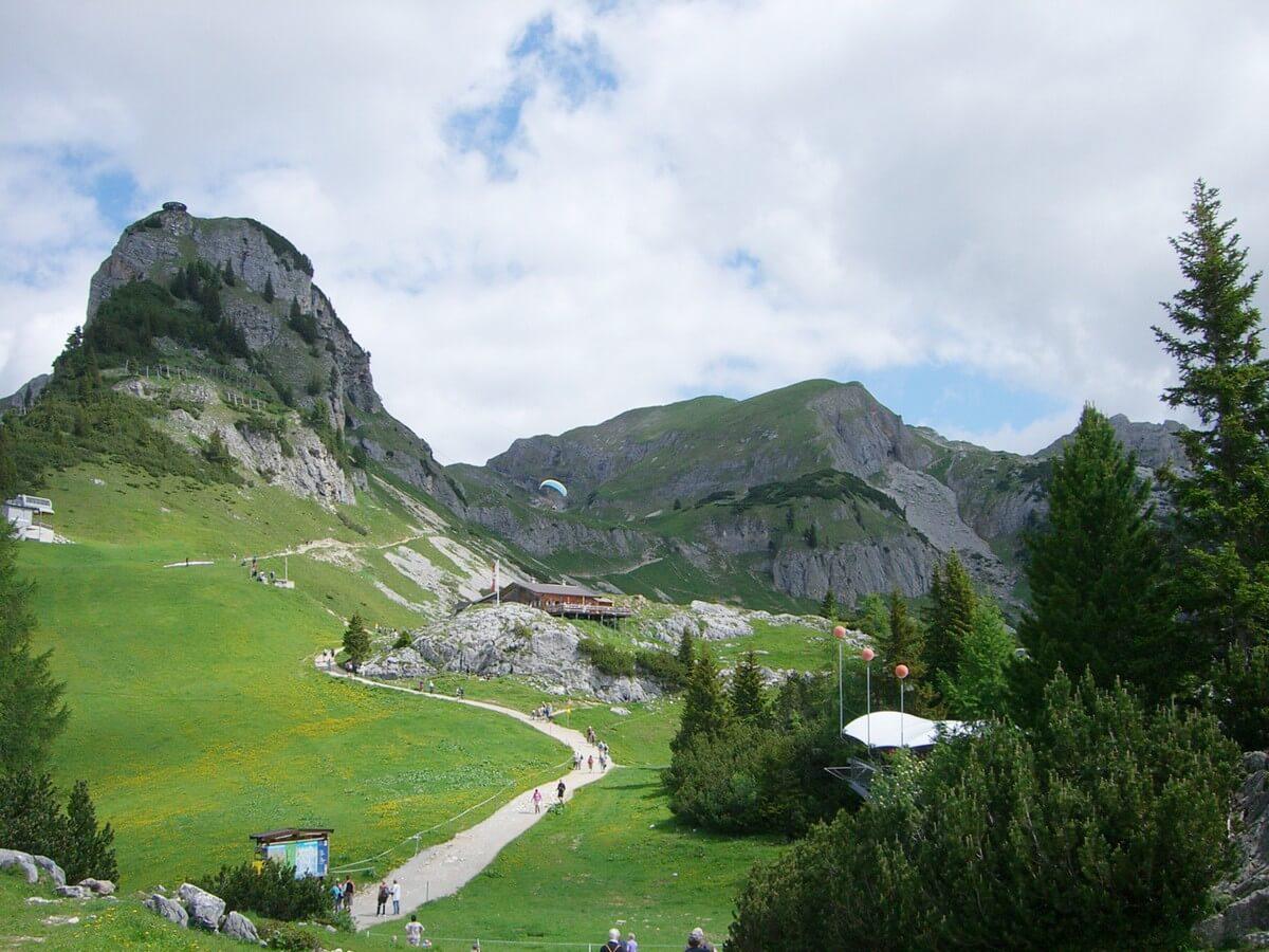 an der Bergstation der Rofan-Seilbahn mit Blick auf den Adlerhorst und eine Alm