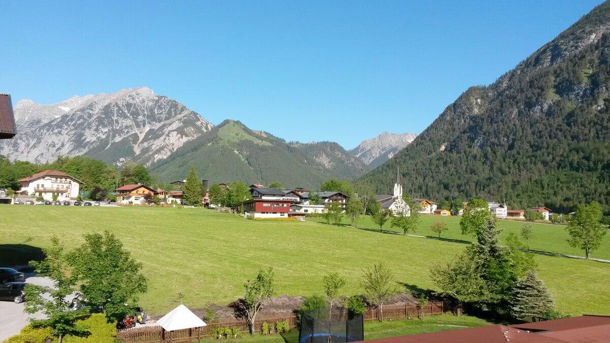 Blick aus dem Zimmer im Hotel Caroline in Richtung Karwendel