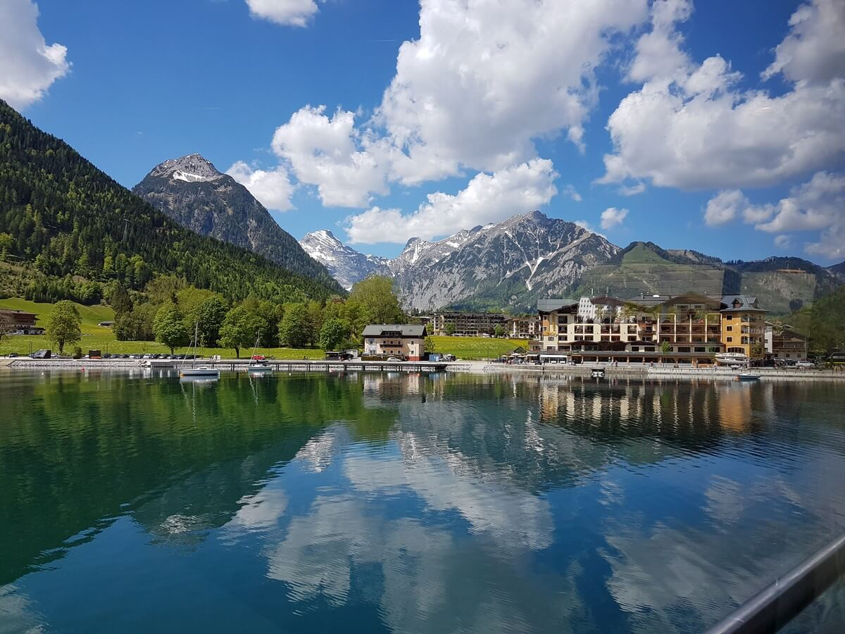 Blick Richtung Karwendel beim Verlassen von Pertisau in Richtung Buchau mit der MS Innsbruck