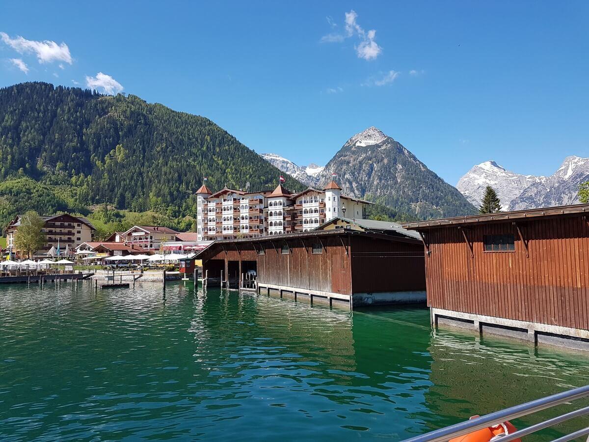Gebäude der Schiffsanlegestelle in Pertisau mit Blick auf Karwendel und Hotel Entner