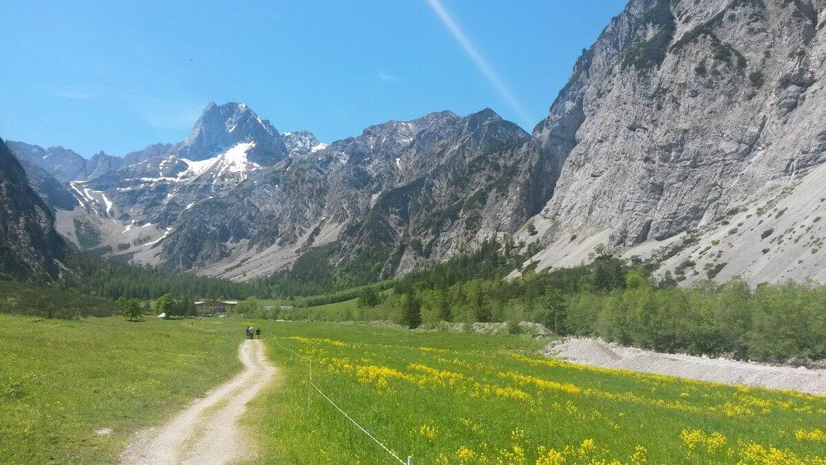 die Gramaialm kommt vor der Kulisse mächtiger Berggipfel in Sicht