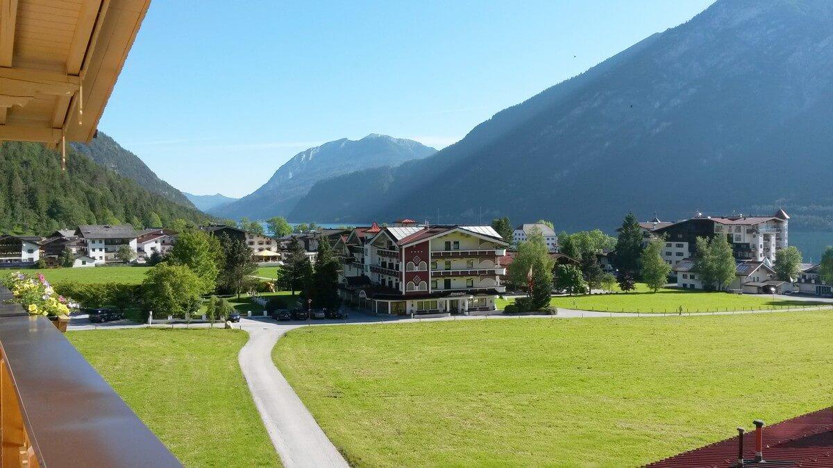 Blick aus dem Fenster im Hotel Caroline in Pertisau in Richtung Dorf