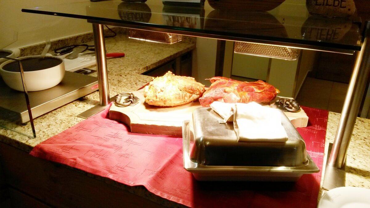 zweierlei Braten zum Dinner beim Tiroler Abend im Hotel Caroline am Achensee