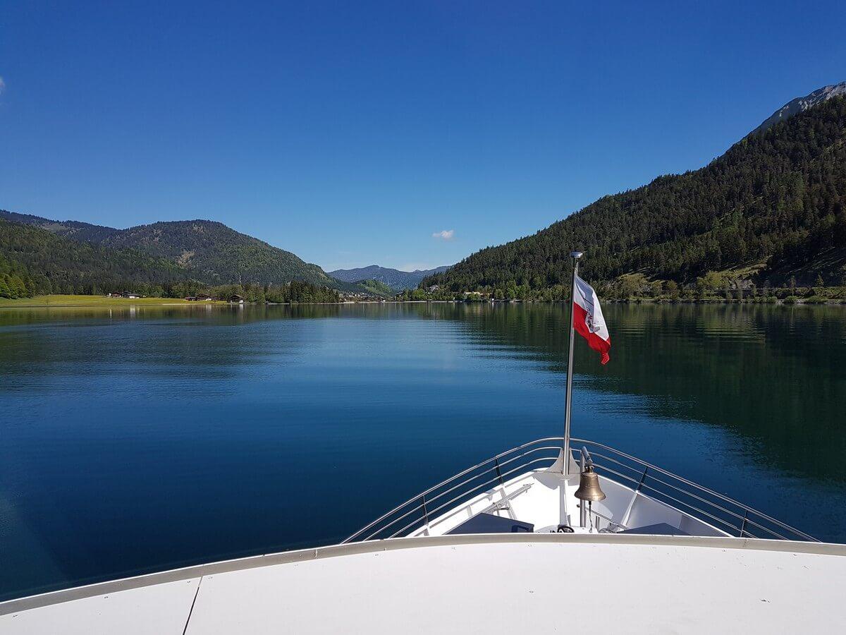 auf der MS Innsbruck über den ruhig daliegenden Achensee gleiten