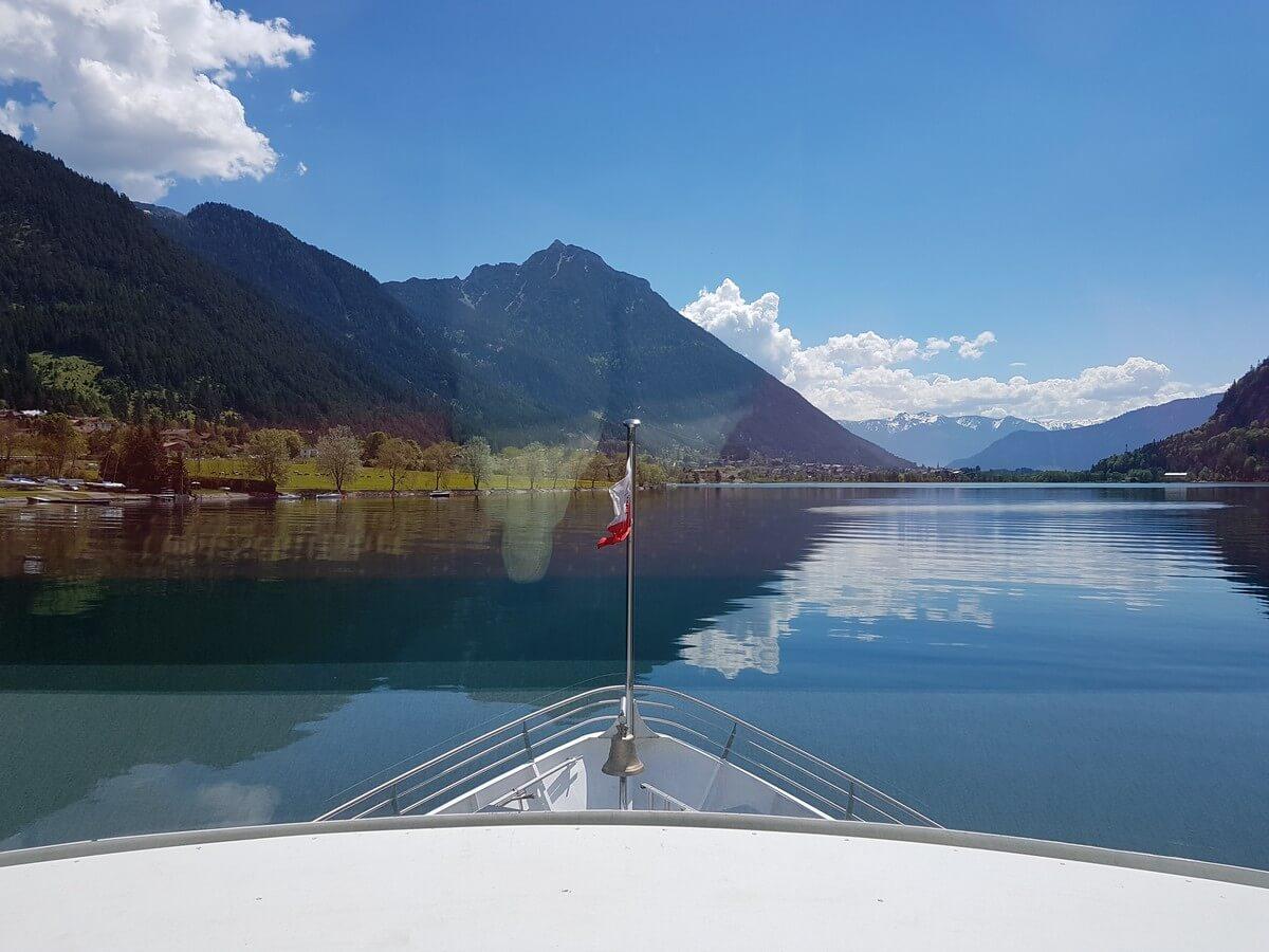 die MS Innsbruck steuert auf Buchau am Achensee zu