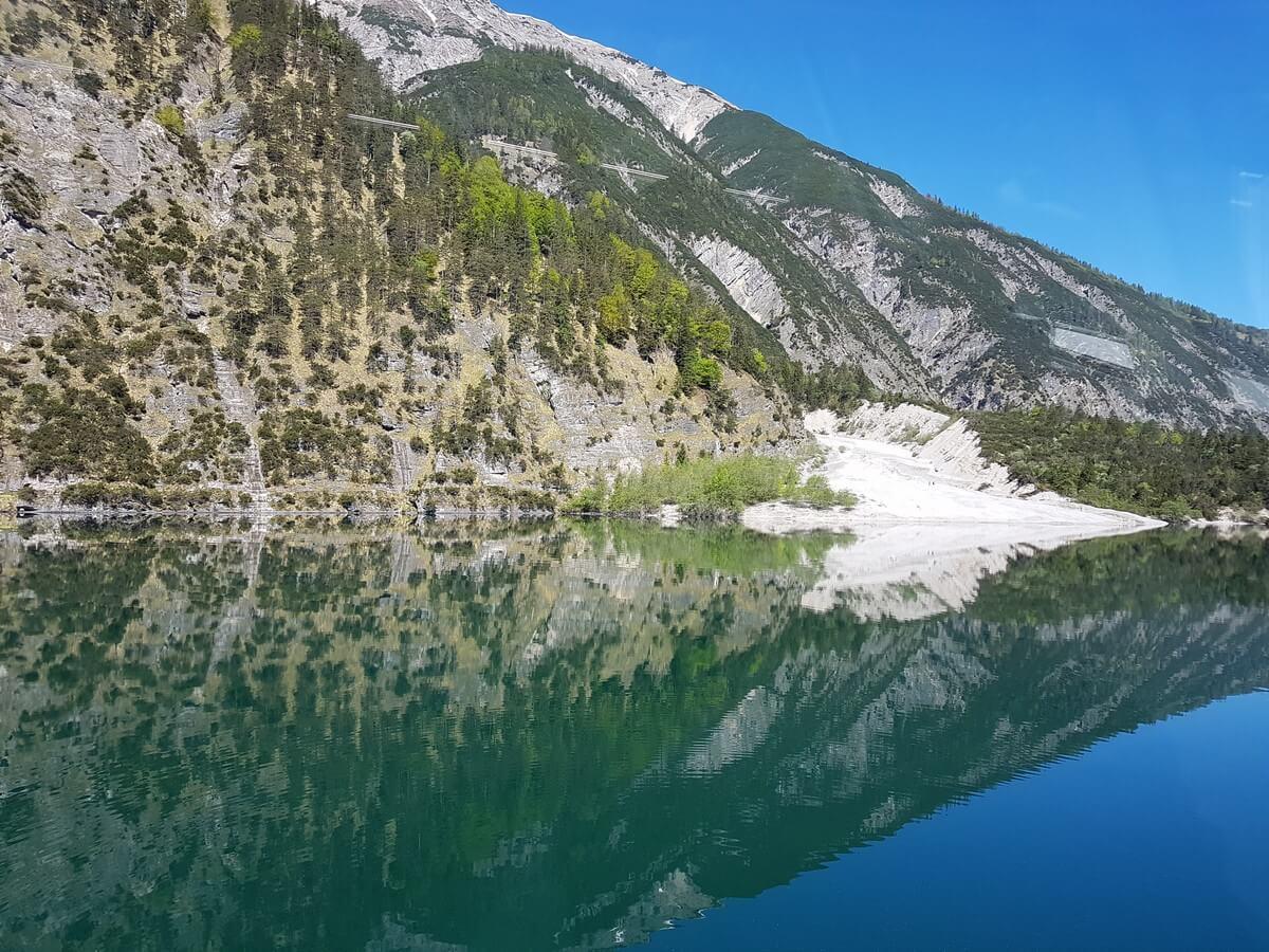 die Felsen reichen direkt bis hinunter an das Ufer des Achensees