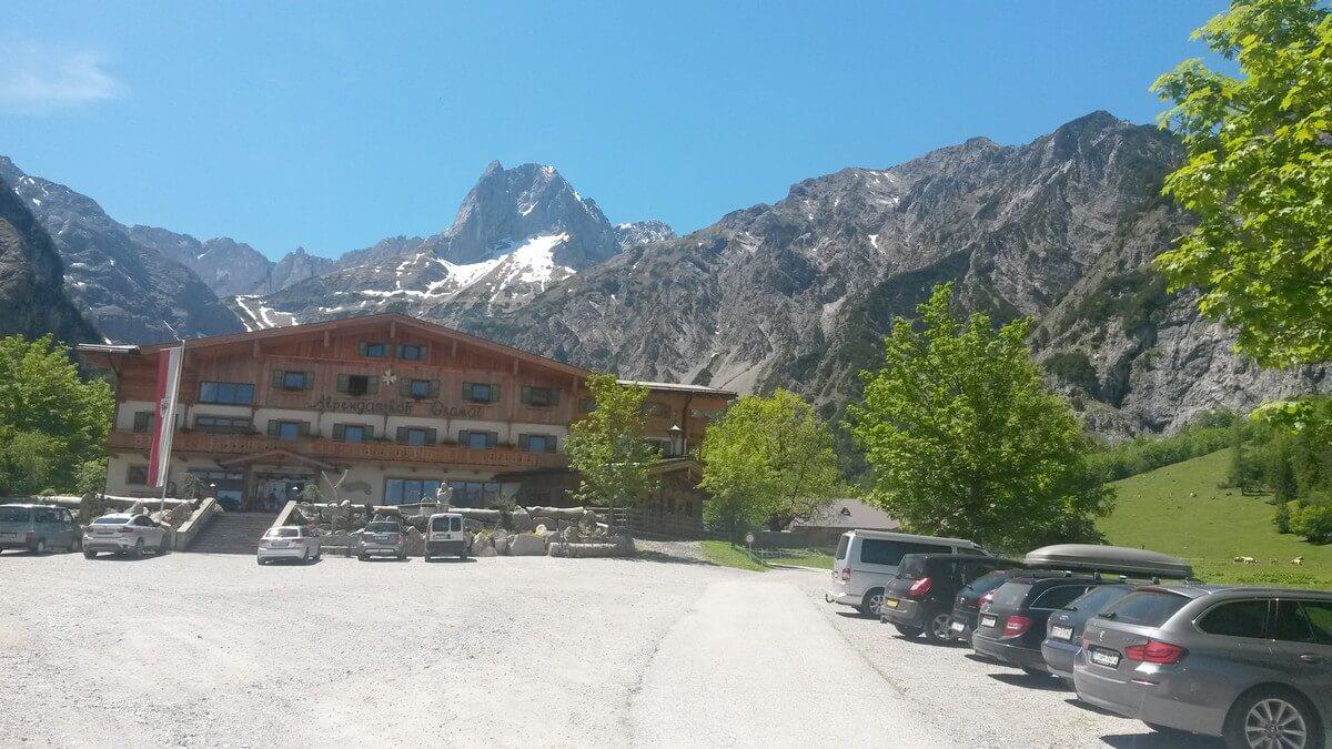Blick auf den Alpengasthof Gramai und die Gipfel dahinter