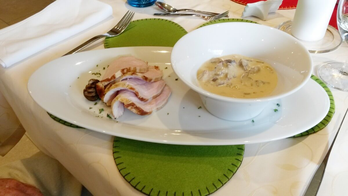 Braten mit Champignon-Rahmsauce zum Dinner im Hotel Caroline in Pertisau