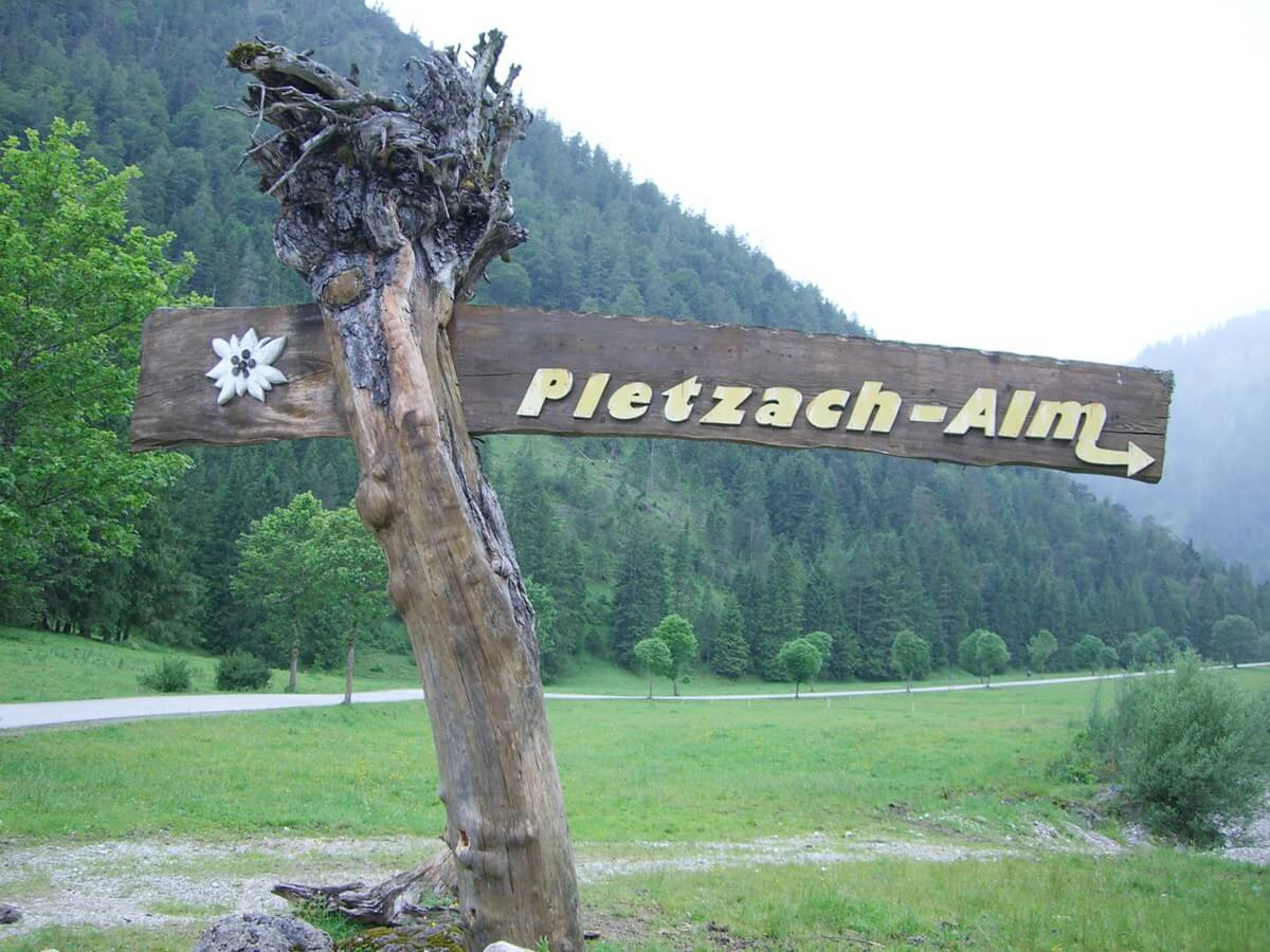 Hinweisschild zur Pletzachalm