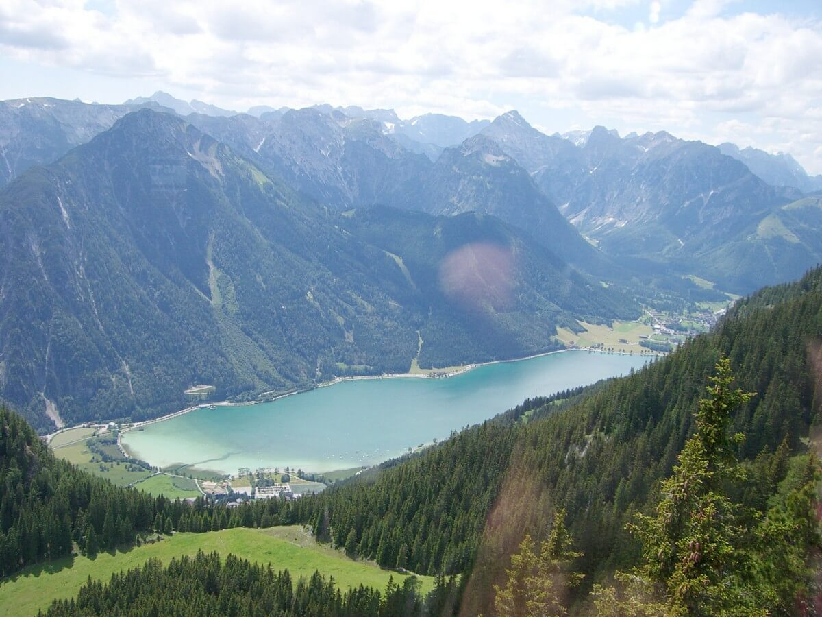 Blick hinunter nach Maurach, auf das Karwendel und den Achensee