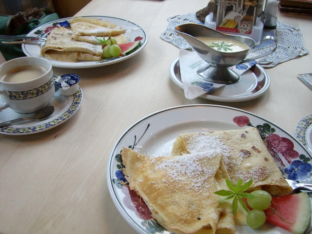 Palatschinken mit Vanillesauce in der Pletzachalm