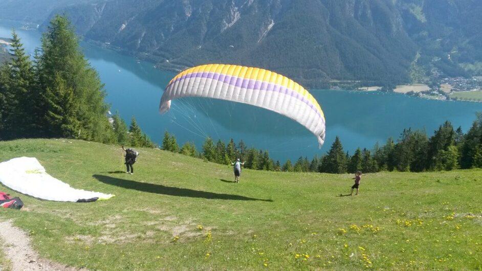 Paraglider macht sich startklar mit Blick auf den Achensee