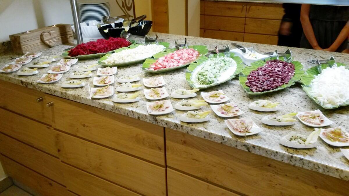 Salate und weitere Vorspeisen beim Dinner im Hotel Caroline am Achensee