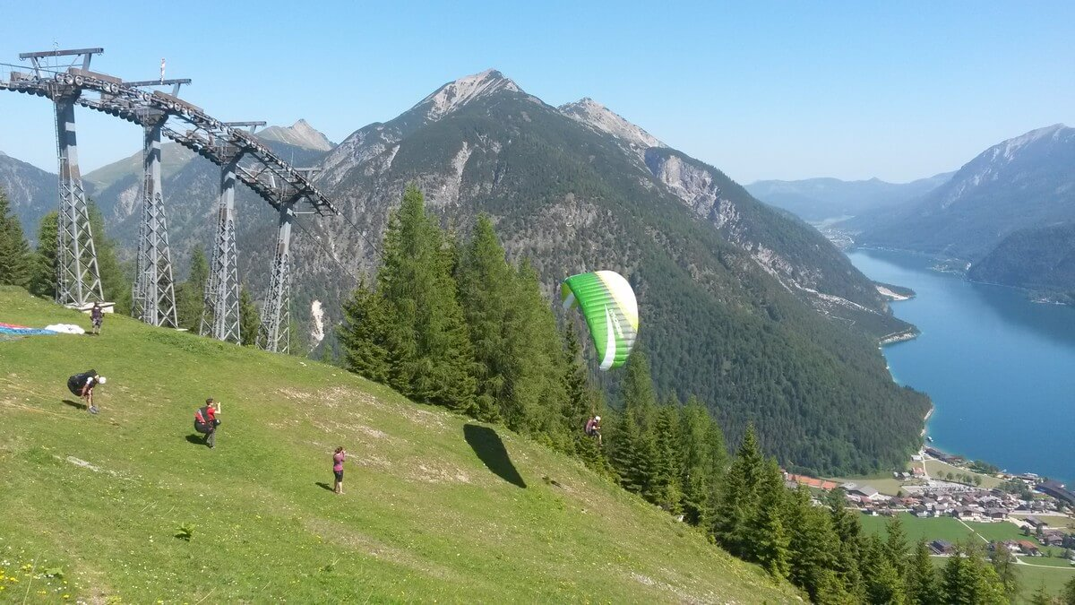 Paraglider starten am Zwölferkopf in Richtung Pertisau
