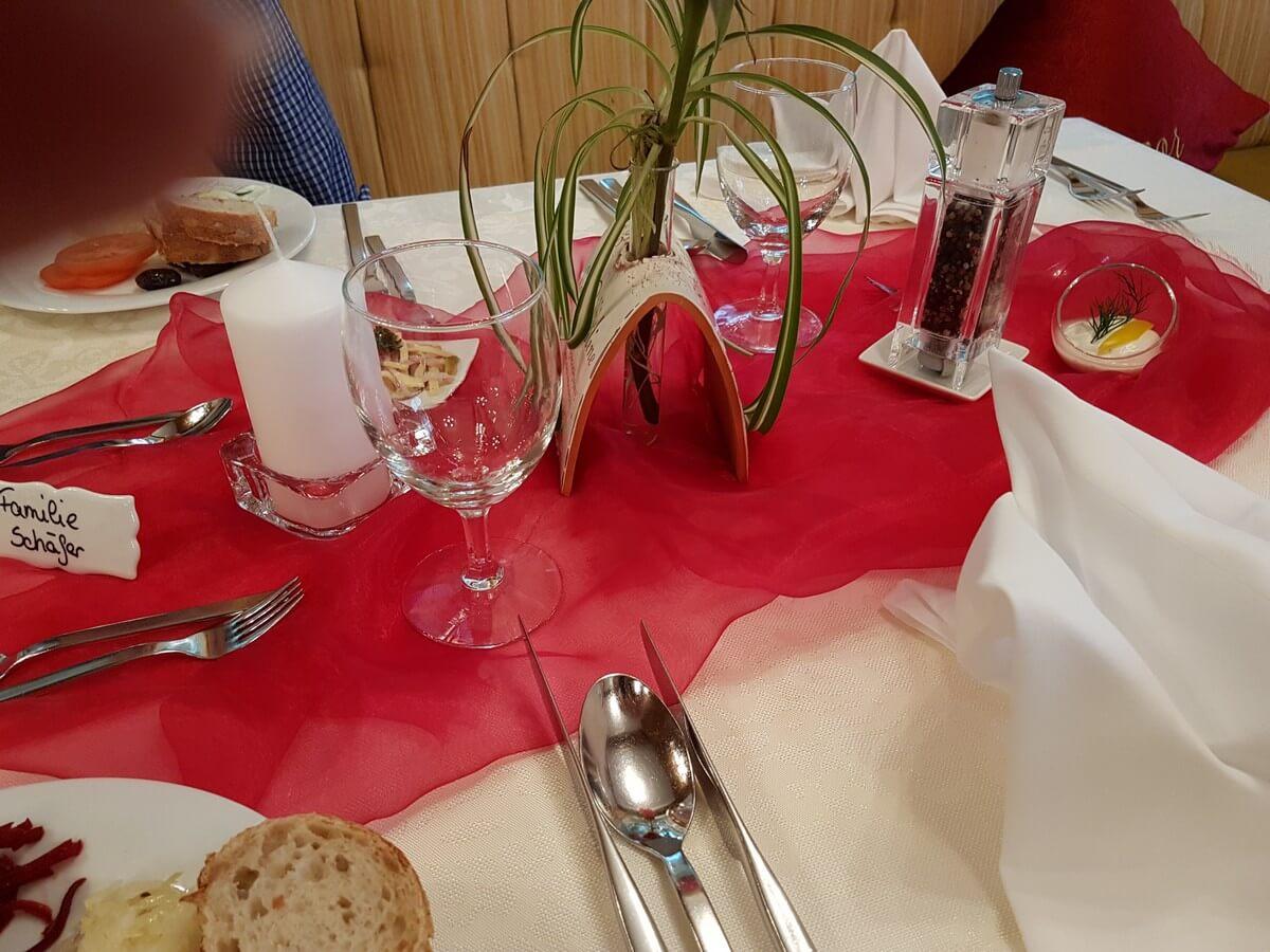 rote Tischdekoration zum Dinner im Hotel Caroline