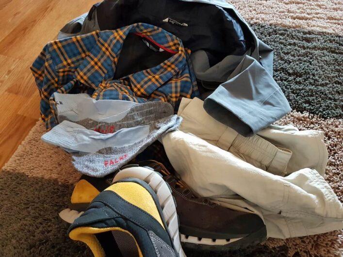 Wanderausrüstung für eine Tageswanderung