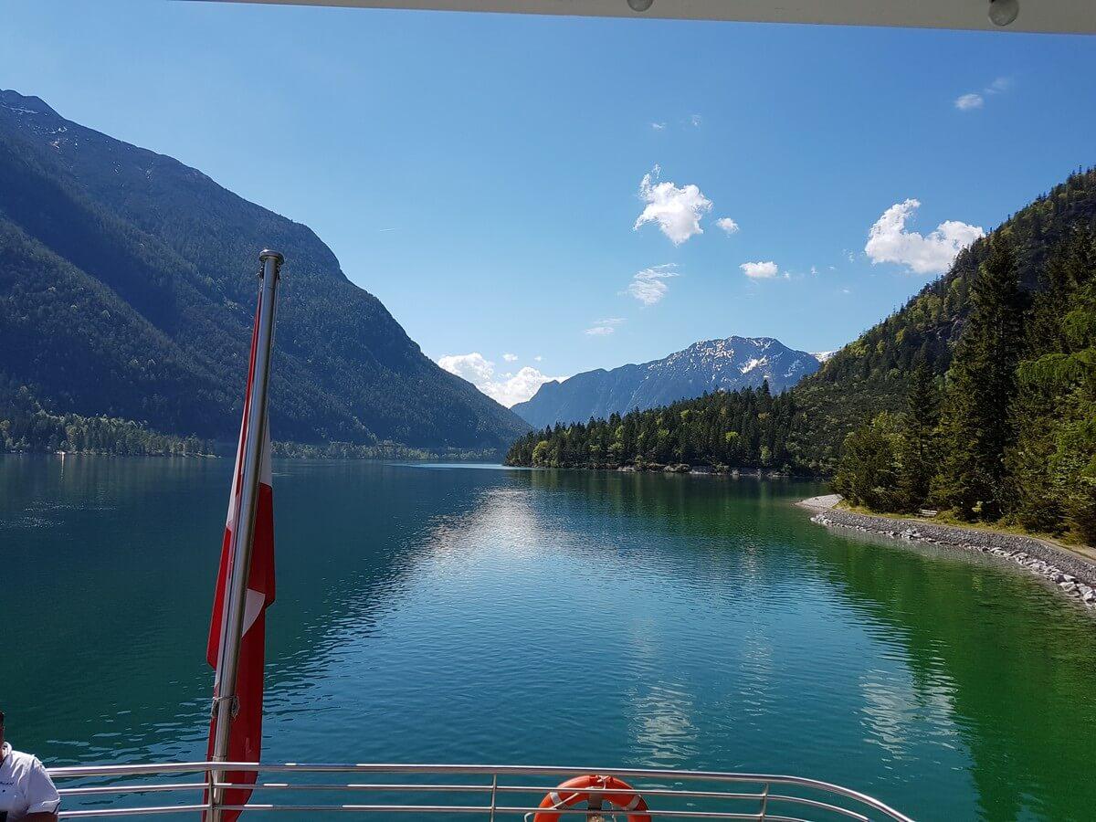 Blick von der MS Innsbruck auf den Uferweg am Achensee