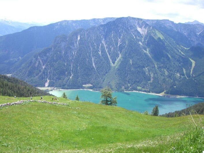 Blick auf den grün schimmernden Achensee unten im Tal