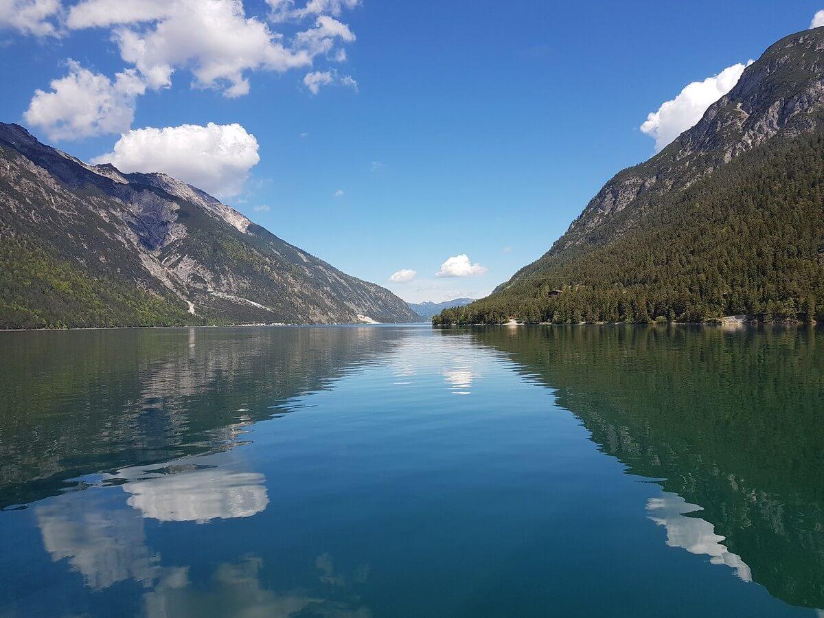 Wolken spiegeln sich im Blau des Achensees