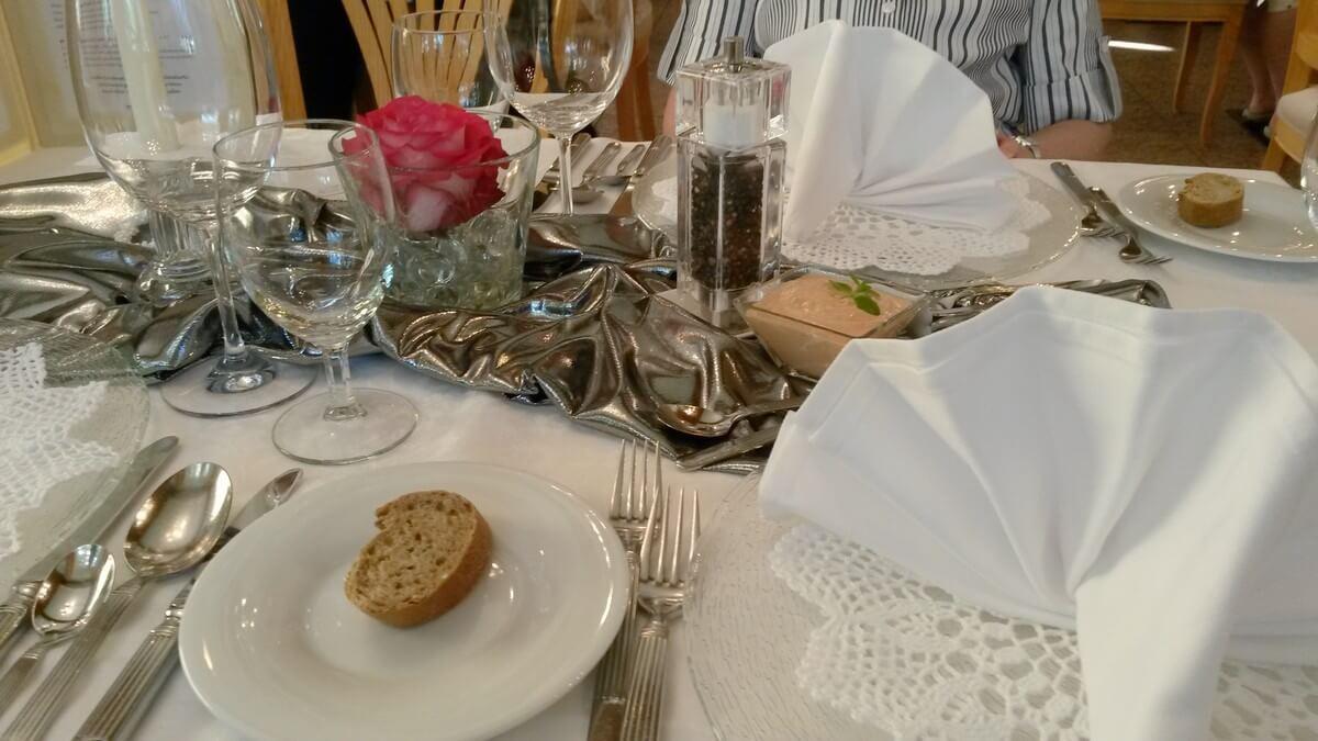 festlich dekorierter Tisch zum Dinner im Hotel Caroline in Pertisau