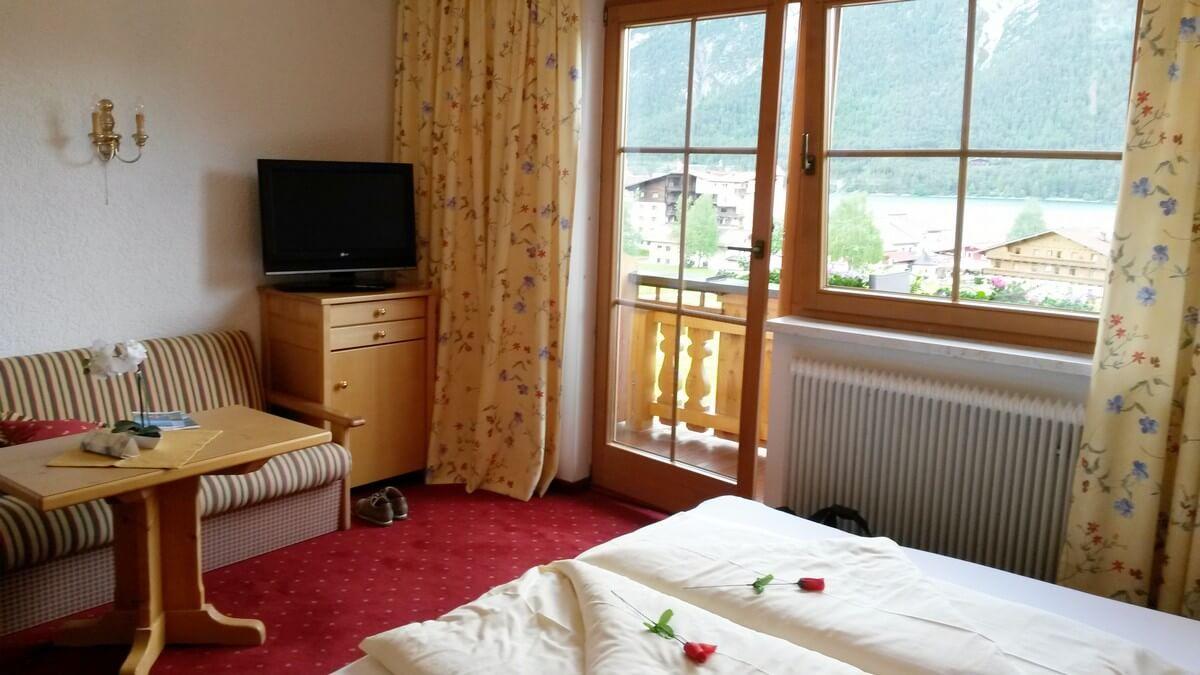 Doppelzimmer im alpenländischen Stil im Hotel Caroline am Achensee