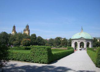 Dianatempel im Hofgarten mit Blick auf die Türme der Theatinerkirche