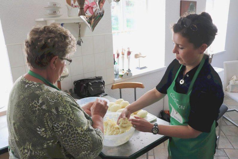 ich als Küchenspionin zusammen mit der Köchin beim Füllen der Kartoffelklöße