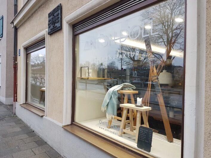 Schaufenster der Anton Doll Holzmanufaktur