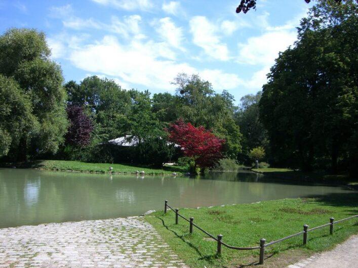 Blick auf das Japanische Teehaus und den See im Englischen Garten in München