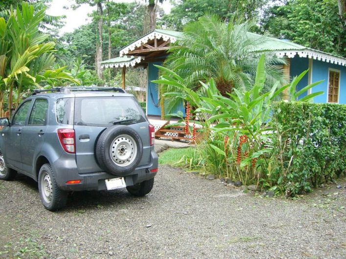 Mietwagen in Costa Rica geparkt vor der Lodge