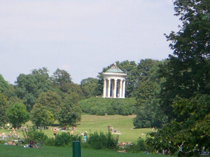 Blick auf den Monopteros im Englischen Garten