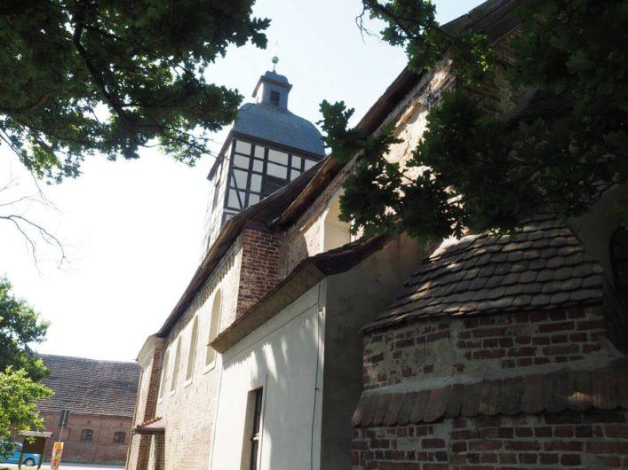 Rückansicht der Dorfkirche in Wust
