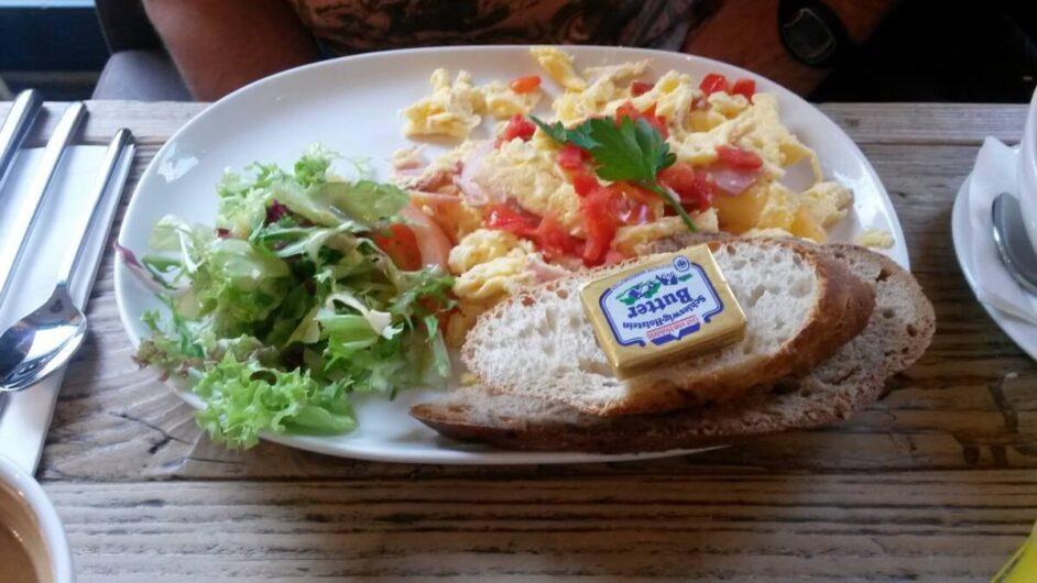 Rührei mit Schinken zum Frühstück im Restaurant Cotidiano am Gärtnerplatz